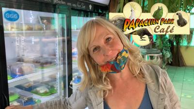 Heike führt durch das Papageien Café in Zeiten von Corona